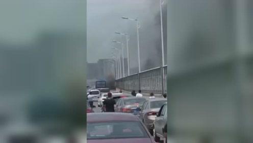 高架桥上轿车突然起火 轿车损毁严重车主被大面积烧伤