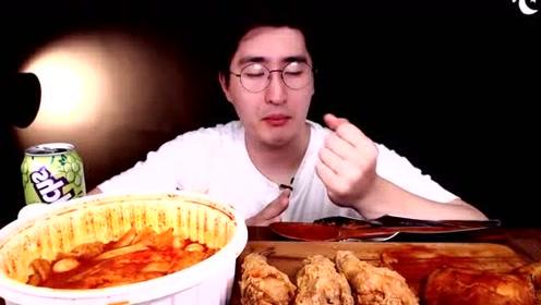 韩国小哥吃炸鸡、辣年糕!