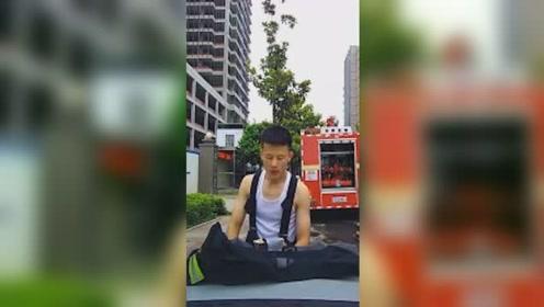 最可爱的人!消防帅哥趴私家车吃泡面 吃完用衣服反复擦车