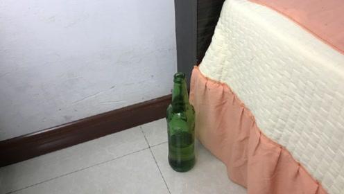 天热蚊子太多不用愁,床头边放一个啤酒瓶,整个夏天不怕蚊子叮咬
