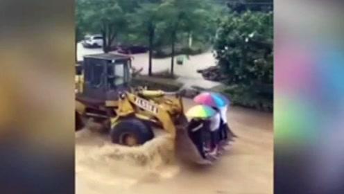 """杭州一村庄遭遇洪水围困 村民自驾""""铲车""""充当运输船"""