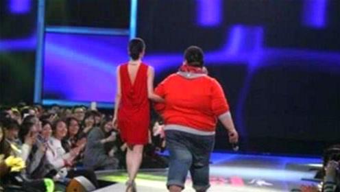 300斤男嘉宾被全场灭灯,下台时说出年薪,女嘉宾不淡定了!