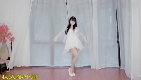 轻纱连衣裙美女家里热舞,听说这款是今年流行的哟