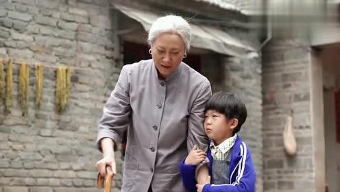 小浩扶着奶奶回屋,不料被质问上学的事,小浩被逼说出实情