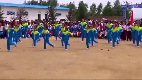 农村学生的课间操是跳《鬼步舞》,好时尚啊