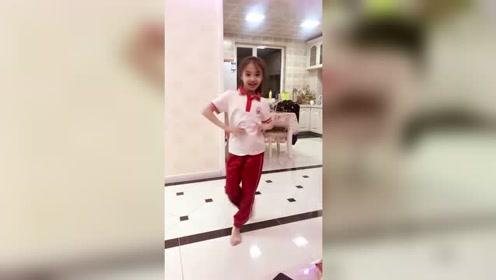 可爱的小萝莉,校服没脱就开始跳舞了!