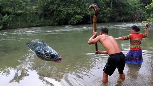 荒野求生:农村大姐用原始方法抓到条大怪鱼,这份量足够吃数天了