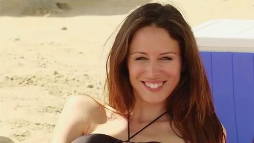 美女躺在沙滩的帐篷下,一转身却找不到她了,结果怎么回事
