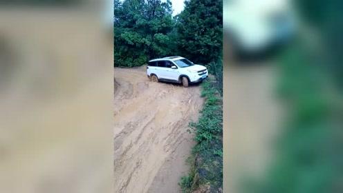 刚买的五菱新车,不管前路多泥泞,一定要开回家让家人们看看