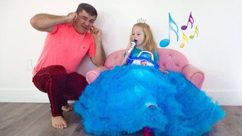 小女孩想当大歌星,一张嘴爸爸捂住了耳朵,最后房子都被唱塌了!