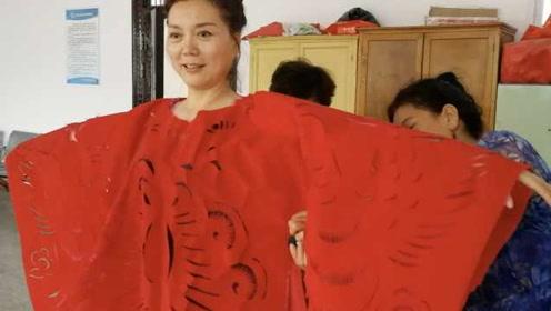 把剪纸穿在身上!53岁村妇做剪纸服装,剪好1件得花3天