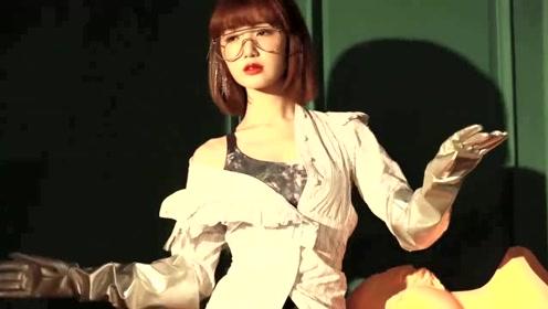 毛晓彤现机场,西装裙叠穿百褶裙,陈翔错过了怎样一个好女孩?