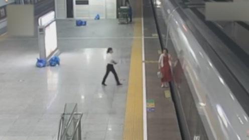 女子着急赶高铁翻闸闯入,将脚伸站台缝隙:我要回去上班