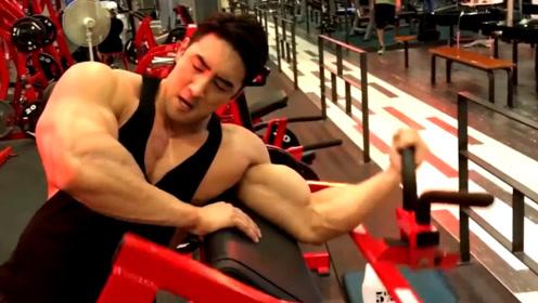 从身材平平的小伙变成肌肉爆炸的巨兽!原来他是这么练的