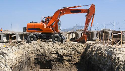 这台挖掘机太惨了,虽然已经发现了不对劲,却只能任凭它掉进坑里