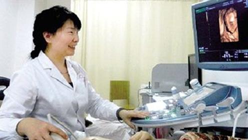 首次看到宝宝的四维搞怪照片时 连医生都笑得合不拢嘴了