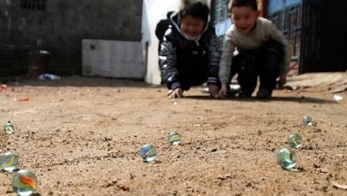 小时候经常玩的玻璃弹珠,花纹究竟是怎么弄进去的?终于知道了