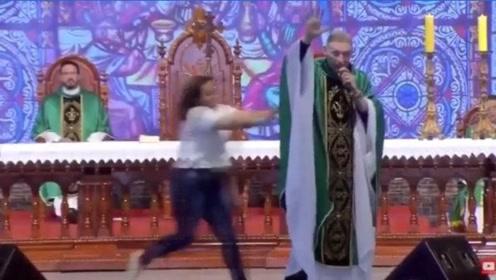 巴西著名牧师演讲时被观众推下舞台