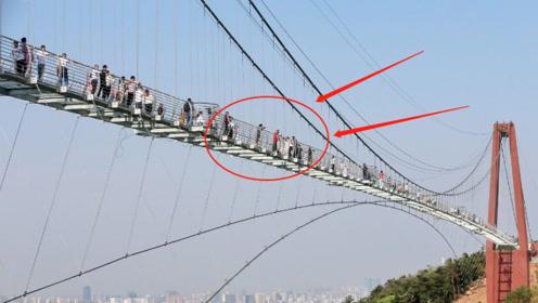 大量游客被挤上玻璃桥,下一秒惊险一幕发生,镜头记录全过程!