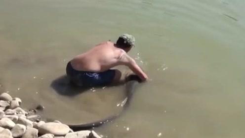 小屁孩河边钓鱼,突遭罕见大鱼疯狂咬钩,结果真是吓我一跳