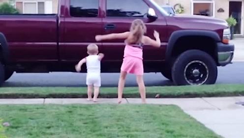 姐姐在跳舞,小宝宝接着跟了上去,这画面太温馨
