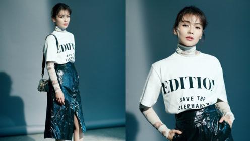 刘涛皮裙搭白T简单利落 冷色背景下帅气与优雅并存