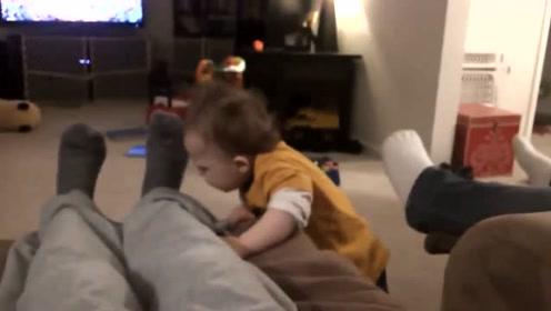 宝宝闻了一下爸爸的臭脚,下一秒宝宝的反应,爸妈都笑疯了