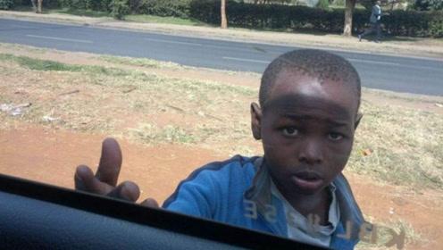 中国游客去非洲旅游,当地小孩追着喊:中国人给钱!不给就扔石头