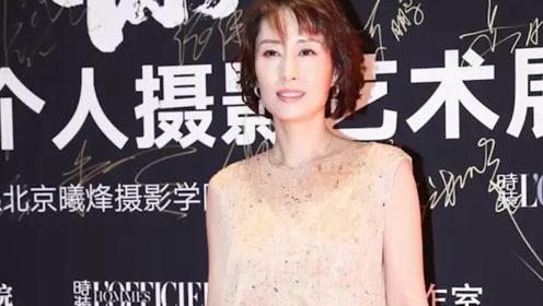 刘敏涛剪个短发气质都没了,身材臃肿像大妈,还在裙子里套裤子!