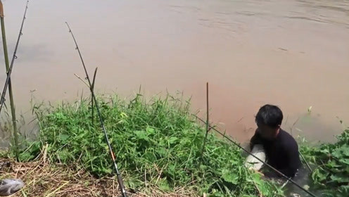 钓竿一直使劲的拉动大哥跑着去拉钓,结果六斤的草鱼可费劲了