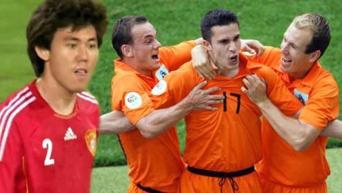 荷兰三棍客10佳球:斯内德后脚跟破国足大门