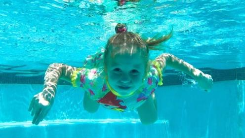 """有爸爸在真好!小萝莉跟爸爸""""花式""""学游泳,实在是太有趣了!"""