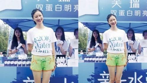 倪虹洁来机场,白色短袖T恤搭黑色纱裙,好气质的确要看怎么穿!