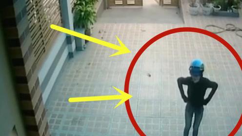 美女一看左右没人,竟做出这个动作,不曾想被监控全程拍下!