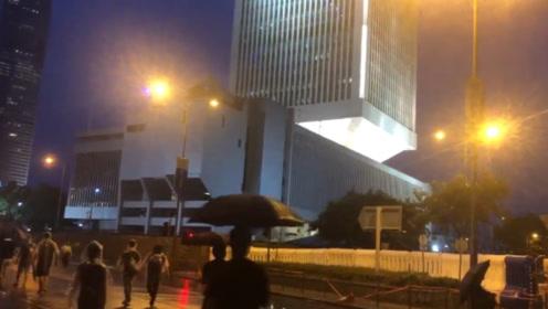 乱港分子用激光灯照射驻港部队、特区政府大楼