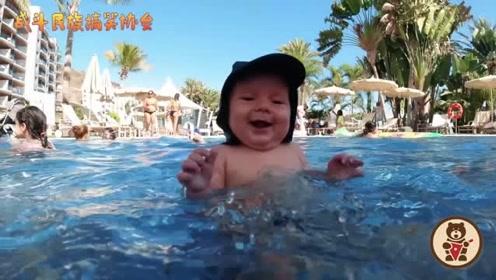 外国萌宝第一次和爸爸一起游泳 把他开心得一直咧嘴笑