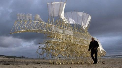 """海滩惊现巨型沙兽,仅剩""""骨架""""却行走自如,游客看后拔腿就跑!"""