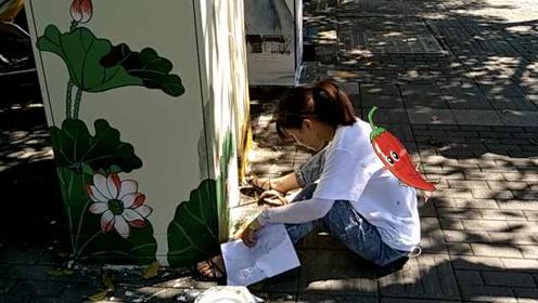 美女顶烈日为梁实秋和老舍故居电箱彩绘1个月:太热了