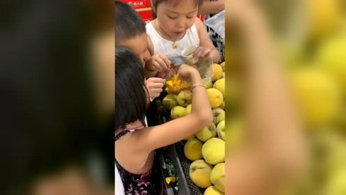 超市里免费试吃的熊孩子,这是要吃饱的节奏