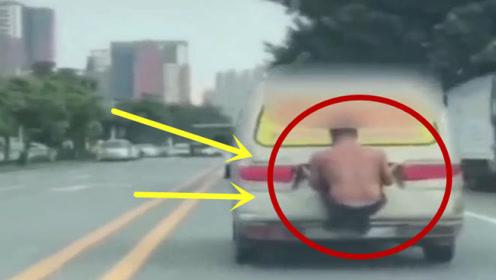 """行驶中的面包车尾,竟""""外挂""""一名赤膊男子,这是要干啥?"""