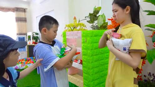 本来想买零食的,小男孩却忘带钱了,最后竟然拿走了店里的零食!