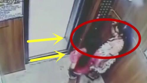 两女孩太不懂事,在电梯里闹事,多次按开关按钮还用脚踹!