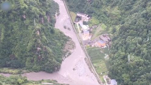 航拍画面曝光!水电站大坝泄洪闸无法开启 洪水漫坝致96人被困