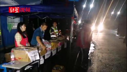 汶川大量车辆绕道北川 当地群众干部齐保畅 沿途乡镇还免费送水