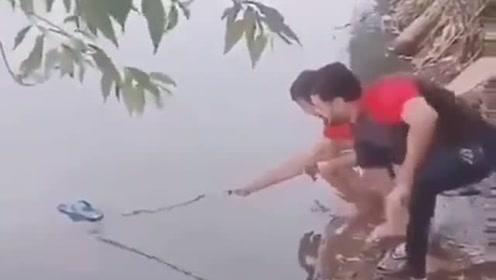真为这哥们的智商感到着急,你不落水谁落水?
