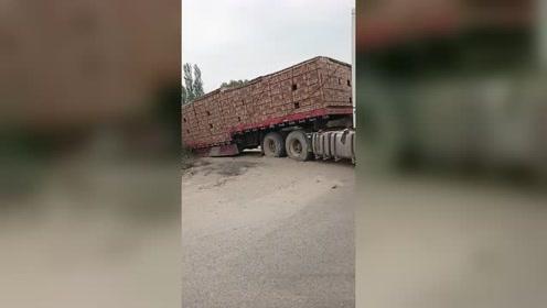 路面塌陷,满载的大货车完全被陷住走不动了!