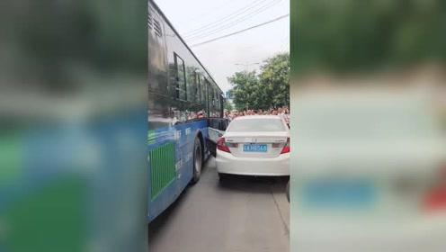 公交车亲自帮本田轿车开车门,面子真大!