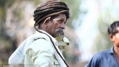 男子为了不生大病,50年盘着头不洗不理,拆开后的样子惊呆众人