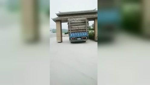大货车拉这么多木头还不满足,还想把人家的竹牌坊拉走!