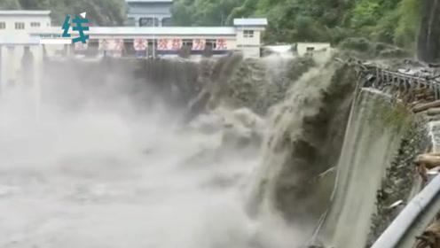 阿坝龙潭水电站漫坝处水位下降 道路抢通顺利 航拍记录惊险瞬间